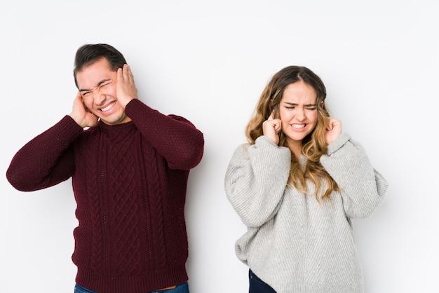 Giovani coppie che propongono nel bianco