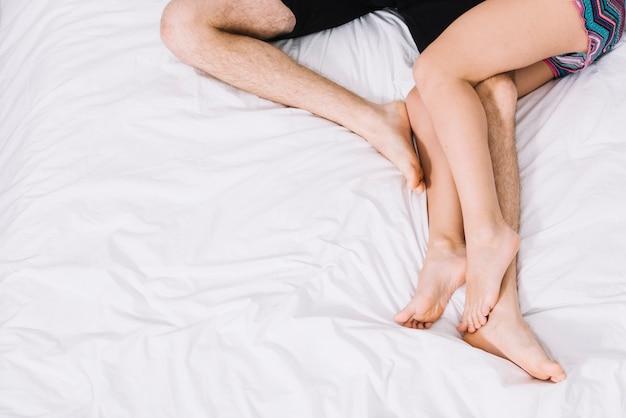 Giovani coppie che riposano sul letto leggero