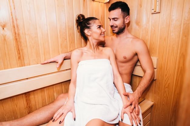 Giovani coppie che si rilassano nella sauna