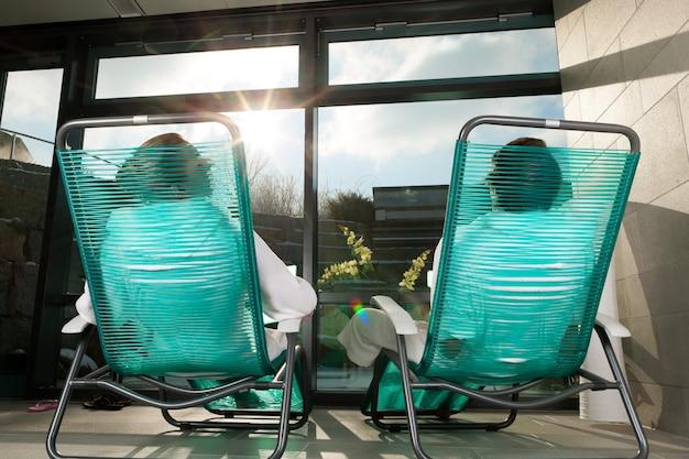 Giovani coppie che si rilassano nella stazione termale di benessere