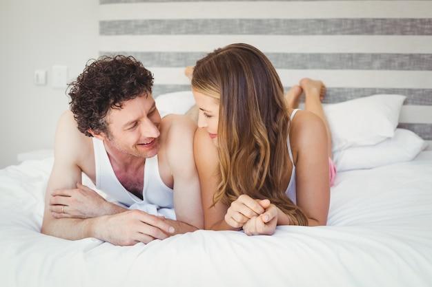 Giovani coppie che si rilassano sul letto