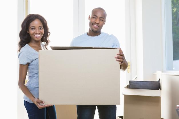 Giovani coppie che tengono i contenitori di cartone