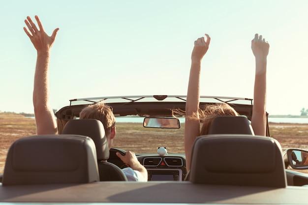 Giovani coppie che viaggiano in auto