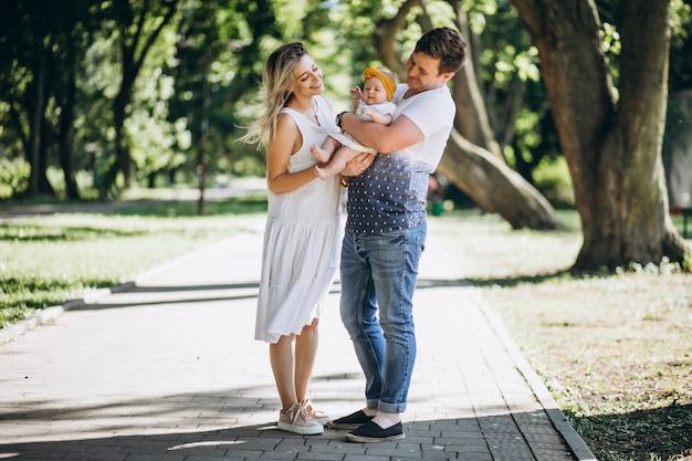 Giovani coppie con la loro figlia del bambino in parco