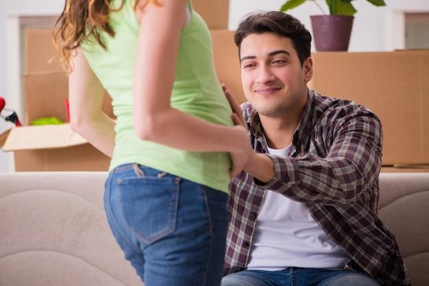 Giovani coppie dell'uomo e della moglie incinta che prevedono bambino