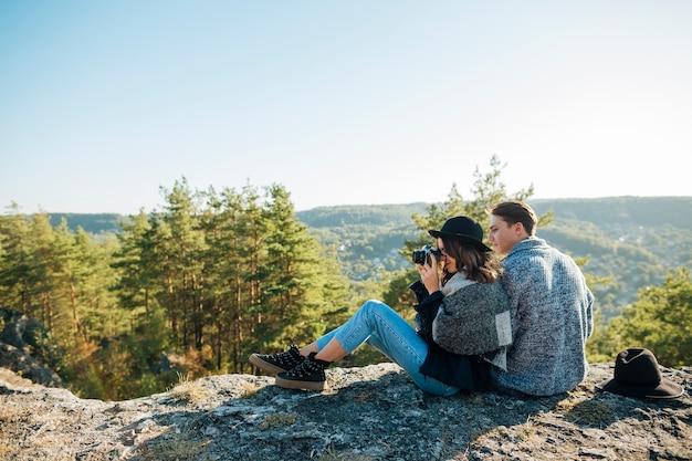 Giovani coppie della foto a figura intera nella natura