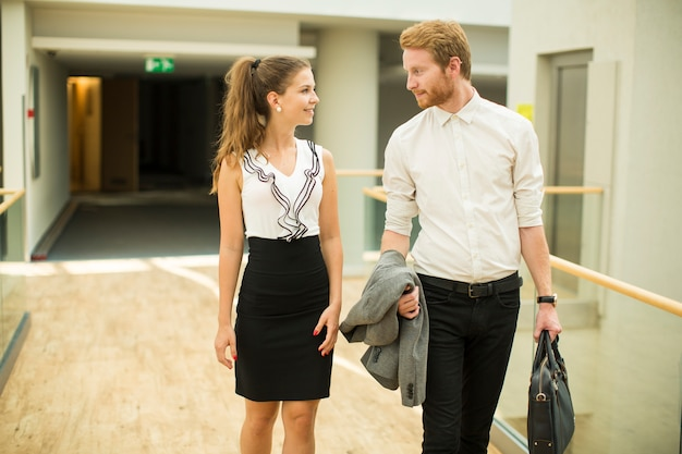 Giovani coppie di affari nel corridoio