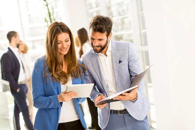 Giovani coppie di affari nell'ufficio