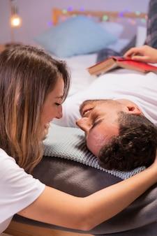 Giovani coppie di vista frontale in camera da letto