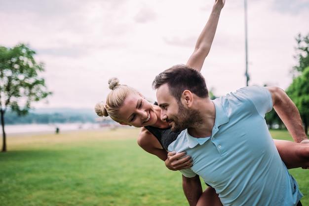 Giovani coppie divertendosi nel parco cittadino.