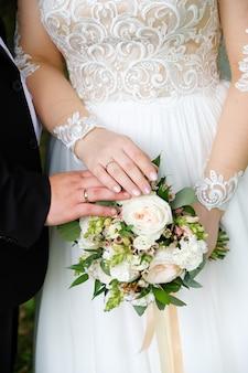 Giovani coppie dopo le nozze in chiesa