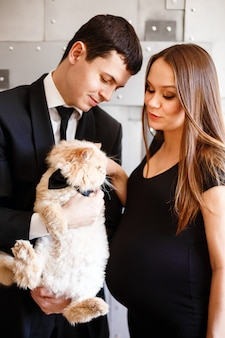 Giovani coppie eleganti alla moda che aspettano un bambino