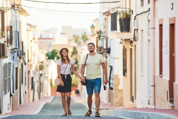 Giovani coppie felici che camminano in spagna