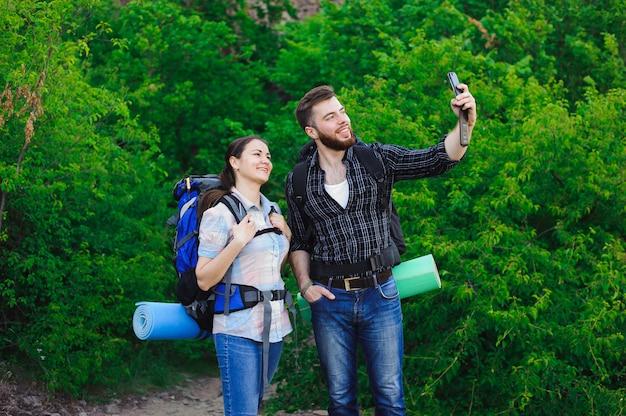 Giovani coppie felici che fanno selfie sul telefono cellulare.
