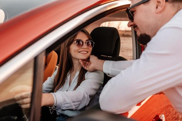 Giovani coppie felici che godono del viaggio stradale