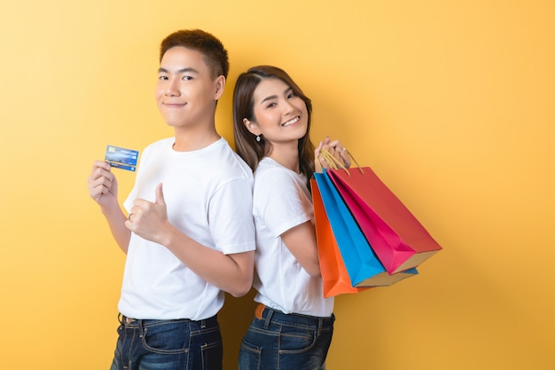 Giovani coppie felici con i sacchetti della spesa
