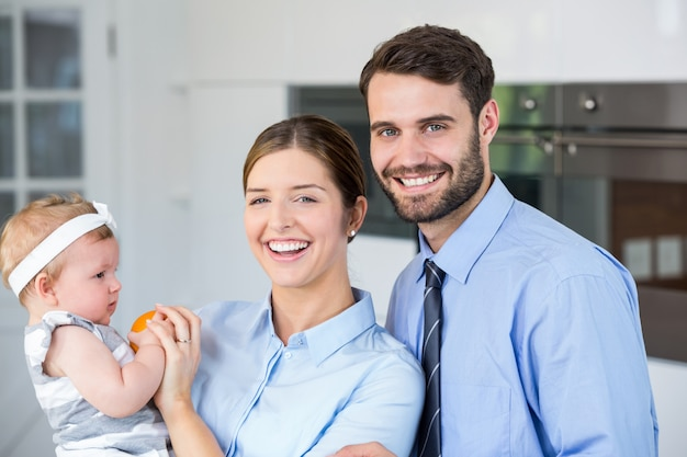 Giovani coppie felici con la figlia a casa