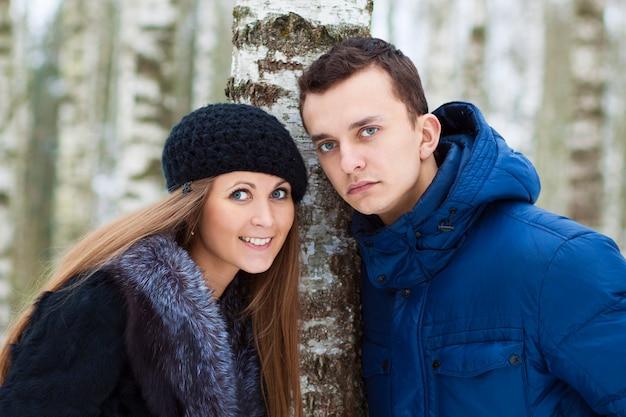 Giovani coppie felici nel campo di inverno