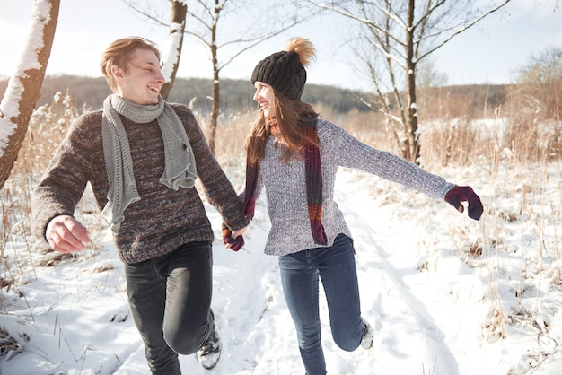 Giovani coppie felici nel divertimento di winter park. famiglia all'aperto.