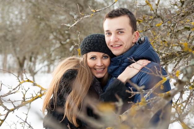 Giovani coppie felici nel giardino d'inverno