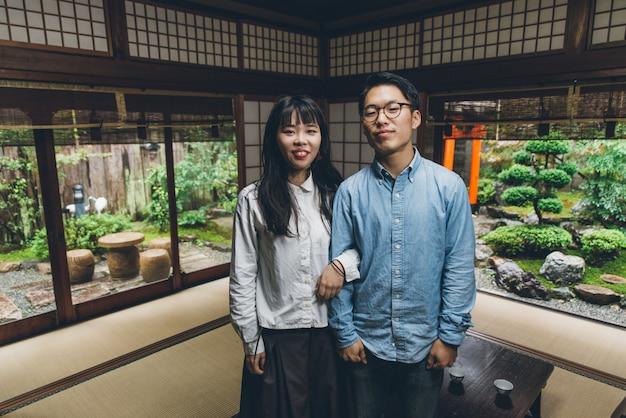Giovani coppie giapponesi che spendono tempo nella loro casa