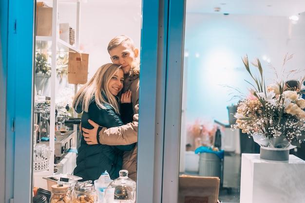 Giovani coppie in caffè con interni eleganti