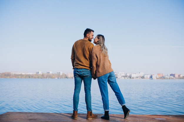 Giovani coppie in parco che fa una pausa il fiume