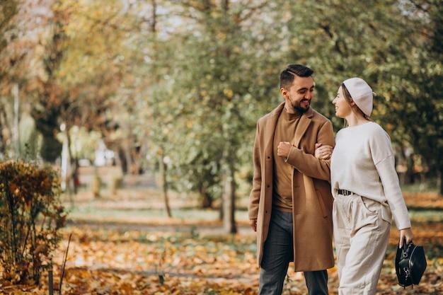 Giovani coppie insieme in un parco di autunno