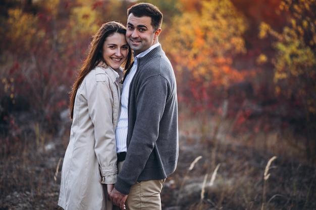 Giovani coppie insieme in una natura di autunno