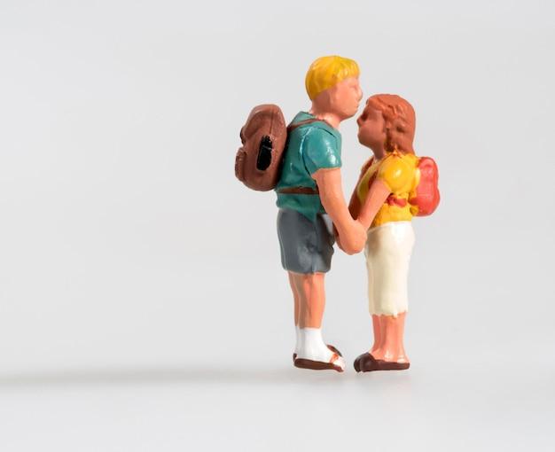Giovani coppie miniatura nel tenersi per mano di amore