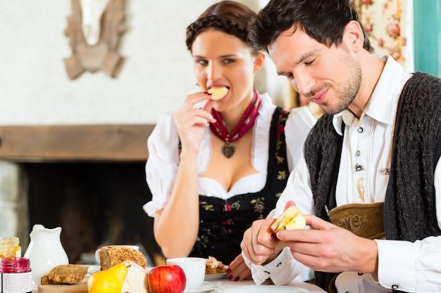 Giovani coppie nel mangiare della cabina di un cacciatore