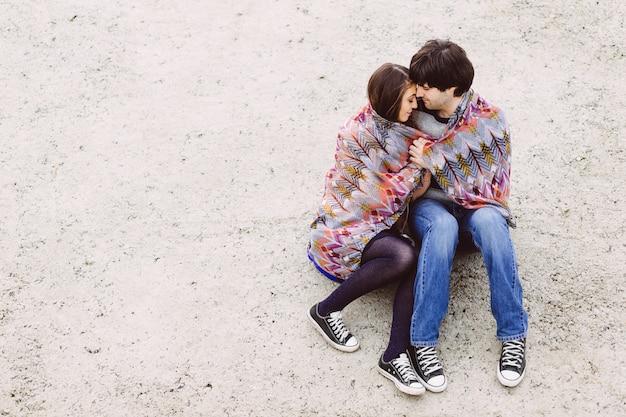 Giovani coppie nell'amore all'aperto