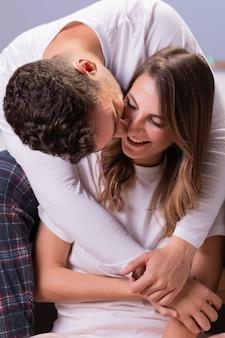 Giovani coppie nell'amore che abbraccia