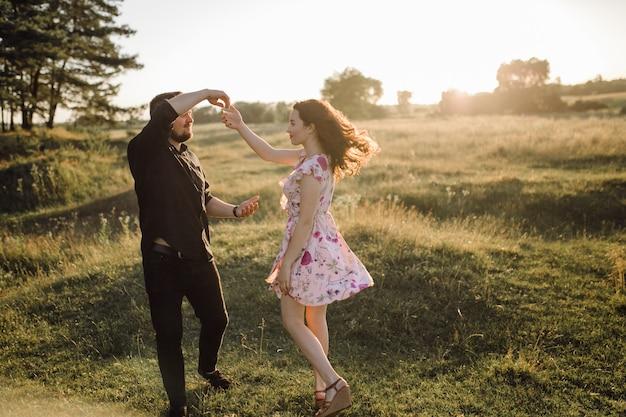 Giovani coppie nell'amore che cammina nel parco