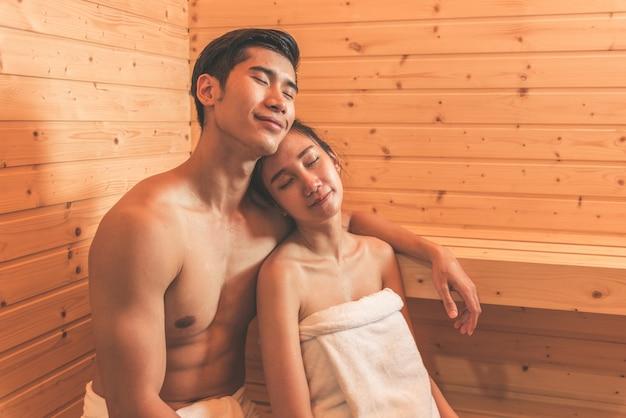 Giovani coppie o amanti asiatici hanno un romantico relax nella sauna