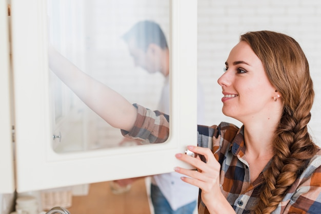 Giovani coppie positive in cucina a casa