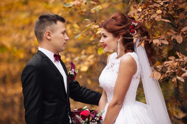 Giovani coppie romantiche favolose che progettano di prendere il sole