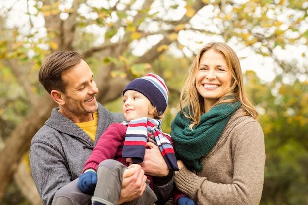 Giovani coppie sorridenti con la posa del ragazzino