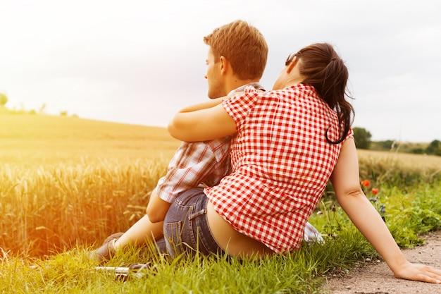 Giovani coppie sportive escursioni fuori