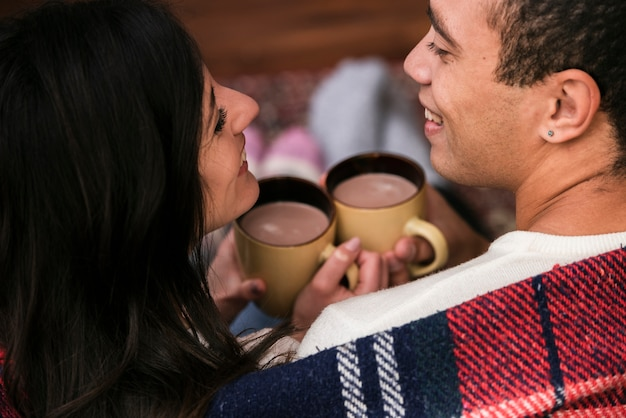 Giovani coppie sveglie insieme nell'amore