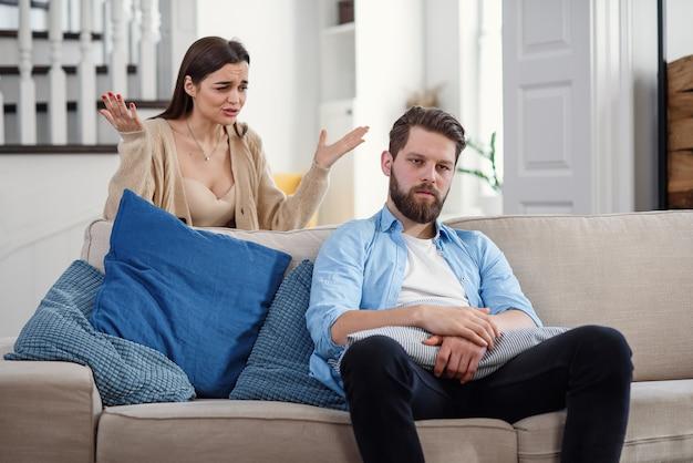Giovani coppie turbate dopo il litigio a casa