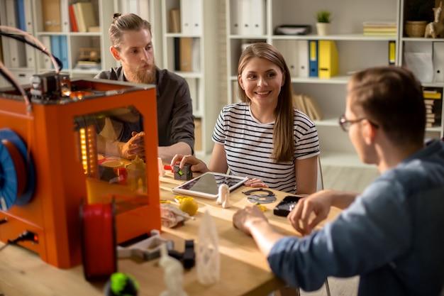 Giovani designer che lavorano al progetto 3d