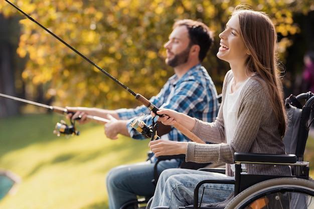 Giovani disabili coppia pesca nel parco
