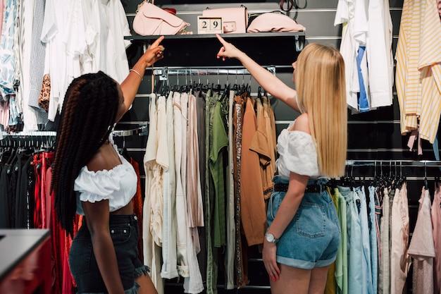 Giovani donne a fare shopping insieme