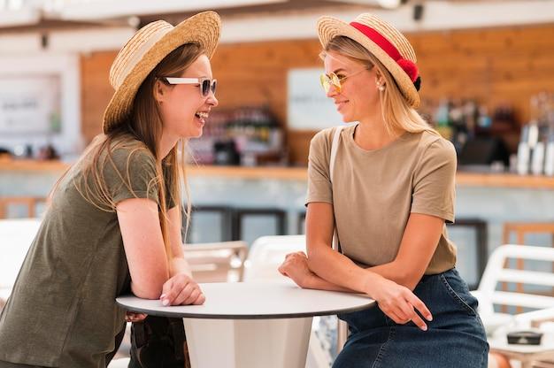 Giovani donne alla moda con cappelli estivi