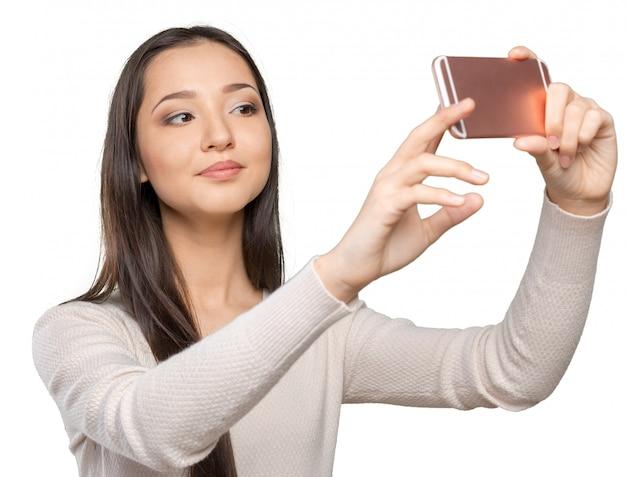 Giovani donne allegre che fanno selfie dal suo smart phone