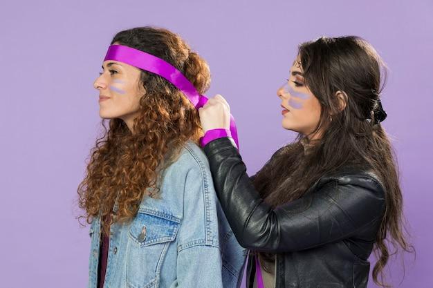 Giovani donne attiviste che protestano insieme