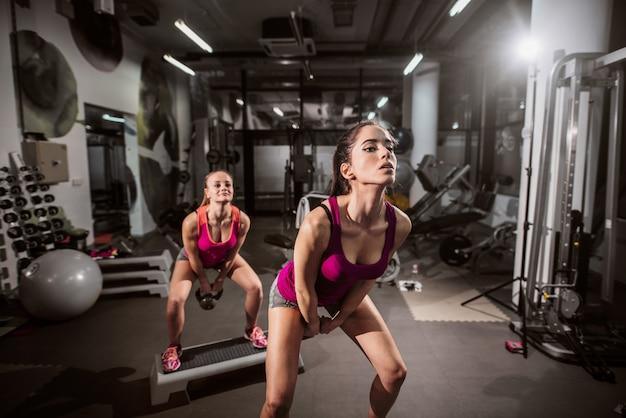 Giovani donne caucasiche che si esercitano in ginnastica.