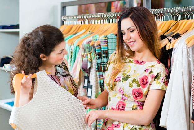 Giovani donne che acquistano nel grande magazzino di modo