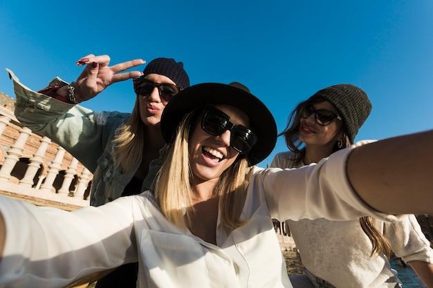 Giovani donne che assumono selfie durante il viaggio